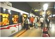 Metro'daki defilede; yolcular, seyre dalınca, kimi treni kaçırdı, kimi de gideceği yeri unuttu...