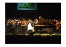 Piyanonun başında bir belediye başkanı