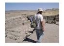 Açma'sını sırtında taşıyan arkeolog