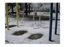 Bu sabah parktaki salıncakta ilk kar vardı, çocuklar gibi güzeldi.