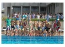 Mersin Yenişehir'de, Yüzme kursunu tamamlayan minik yüzücüler belge aldılar.