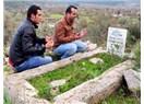 Kıyamet kopmasın diye boş mezar başında dua ediyorlar