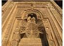 Divriği Ulu Caminin giriş kapısına Kuran okuyan ve namaz kılan bir adam gölgeleri düşüyormuş.