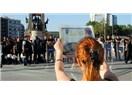 Pazar günü Taksim Meydanı'ndaki genç adam