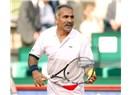 Tenis devlerine kafa tutan bıyıklı adam