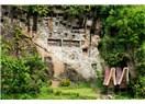 """Altıncı Gün """"Abla"""" Grubu Toraja'da Gezerken, Kaya Mezarlarında Yukarıdan Bir Yılan Düşer!"""