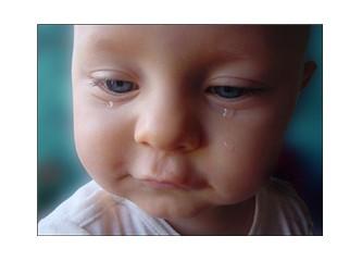 Bebekler ağızlarında emzik ölüyor, medenî dünya seyrediyor!