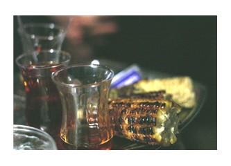 Günden kalanlar: Yarım koçan mısır ve boş çay bardakları