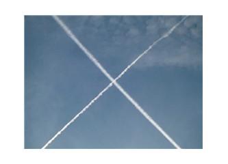 Gökyüzüne tebeşirle çizilmiş çizgiler