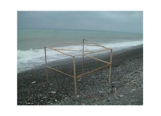 Kıyıda çıtadan çadır iskeleti