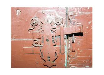Eski evde eski kapı, eski kapıda eski bir kilit