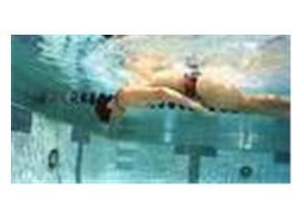 Havuzda yüzerken takla atarak dönüş yapmak