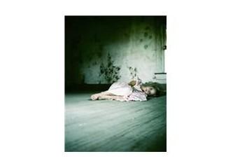 Sen de ölme şiirlerimde Küçük kız...