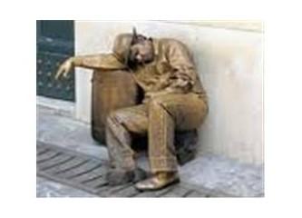 İzmir'in arka sokakları ve canlı heykeller...
