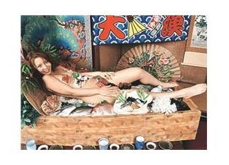 Çıplak kadın vücudunda(Sushi-Suşi)yemek yemek? Ben erkek tabak isterim(!)
