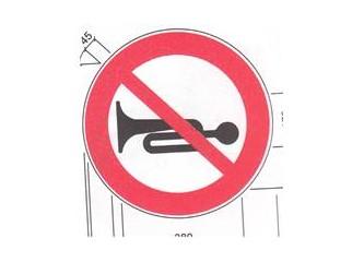Klakson çalmak ve gereksiz kullanımı Karayolları Trafik Yönetmeliğine göre suçtur da