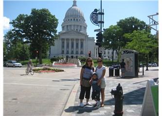 Ebru ve Ural  Düğün için Geldikleri Şikago'da geziyorlar.