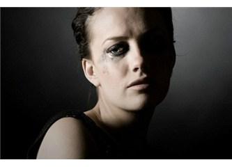 Bir kadının gözlerindeki ışığı yok eden sevgisizliktir...