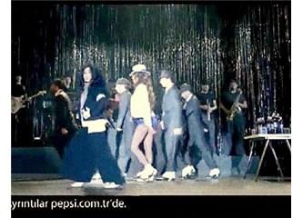 Bülent Ersoy ve Azra Akın'ın moonwalk yaptığı reklam,Michael Jackson'a ithaf