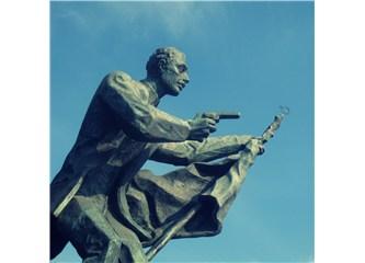 İzmir Saat Kulesi'nin gölgesinde İlk Kurşun (Hasan Tahsin) Anıtı