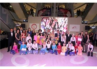 Türk çocuk dansçılar izleyenleri şaşkına çevirdiler…