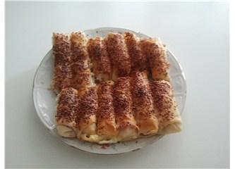 Susamlı, beyaz peynirli börek