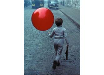 """Fısıltılarım: """"Kırmızı balonlu çocuk ve benim ülkem"""""""