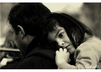 Babanın saçlarına sarılmış minik yürek