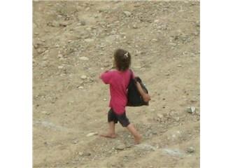 Yalın ayaklı bir çocuk