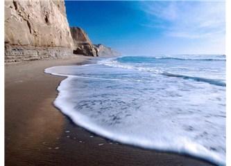 Dalgalar dövüyor kıyıları