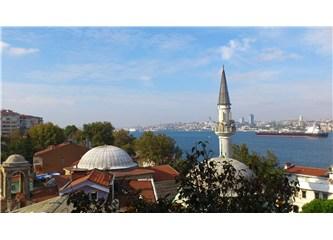 Kuzguncuk'ta cami ile kilise aynı bahçede.
