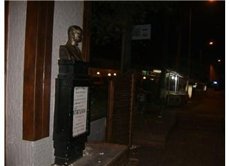 Atatürk anıtının mı, insanların mı haline üzüleyim?
