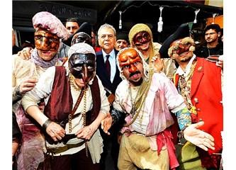 İzmir sokaklarında tiyatro sahneleri kuruldu. Her yer tiyatro