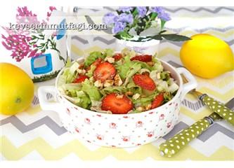 Çilekli marul salatası tarifi