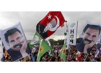 Atatürk ve Öcalan resimleri ve de Türk Bayrağı yan yana...Bu görüntüyü nasıl okumak gerekir?