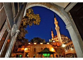 Eyüp Sultan Camii'nin her kapısından sanki başka bir aleme girersiniz...