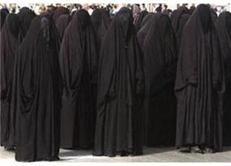 Kur'an, başörtüsü ve adeta hayalete dönüştürülen bir kadın...