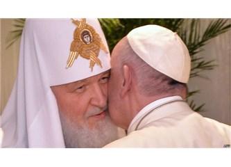 Papa Patrik'i öptü