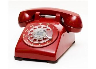 Kırmızı telefonlu kadın