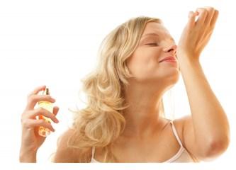 Kadının kokusuyla parfümü