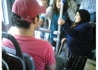 Trende otobüste her yaşlıya yer vermeyin, bazıları yaşlı görülmekten hoşlanmıyor