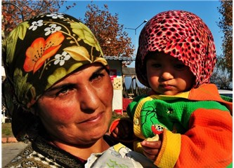 Kadın şüphesiz çocuklarından mutlu olur ama annelik, hayatı yaşayacağı en güzel çağlarına rastlıyor