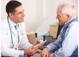 Doktor hastaya kendini yorma diyor, İngilizce bilmeyen hasta bunu yataktan çıkma diye tercüme ediyor