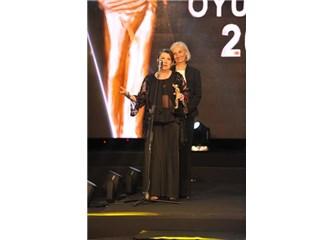 """Suzan Aksoy, """"Yardımcı rolde yılın en başarılı kadın oyuncusu"""" ödülünü aldı"""